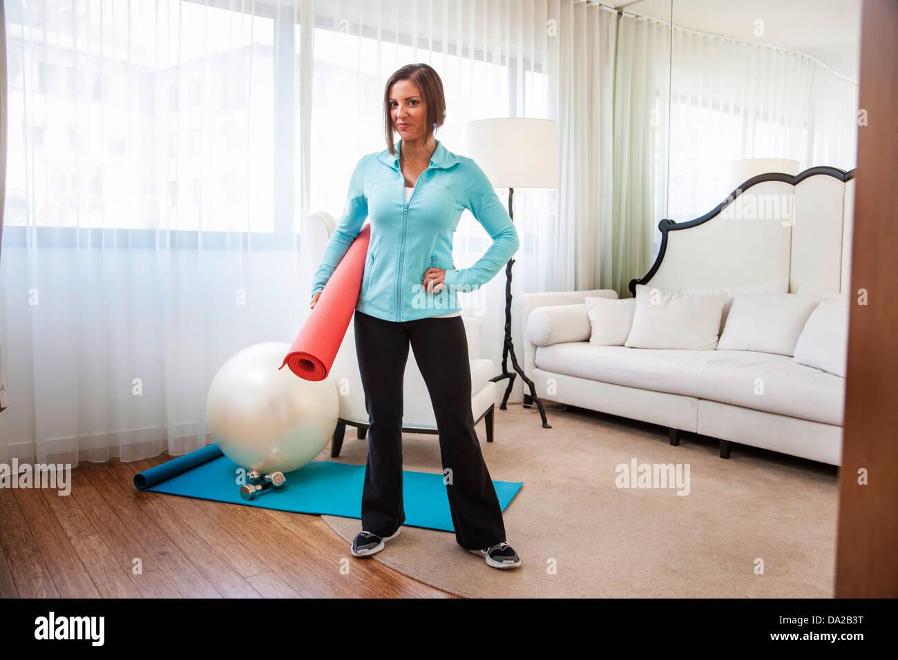Fitness-Trainer zeigt Übungen zu Hause mit Fitness-ball Stockbild