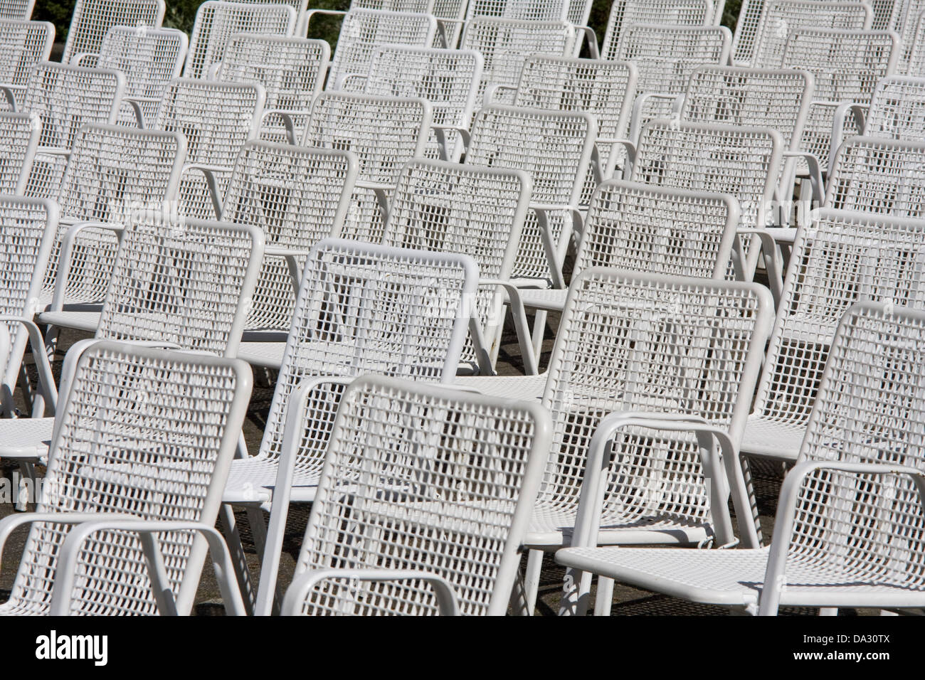 Gartenstühle in Folge Stockbild