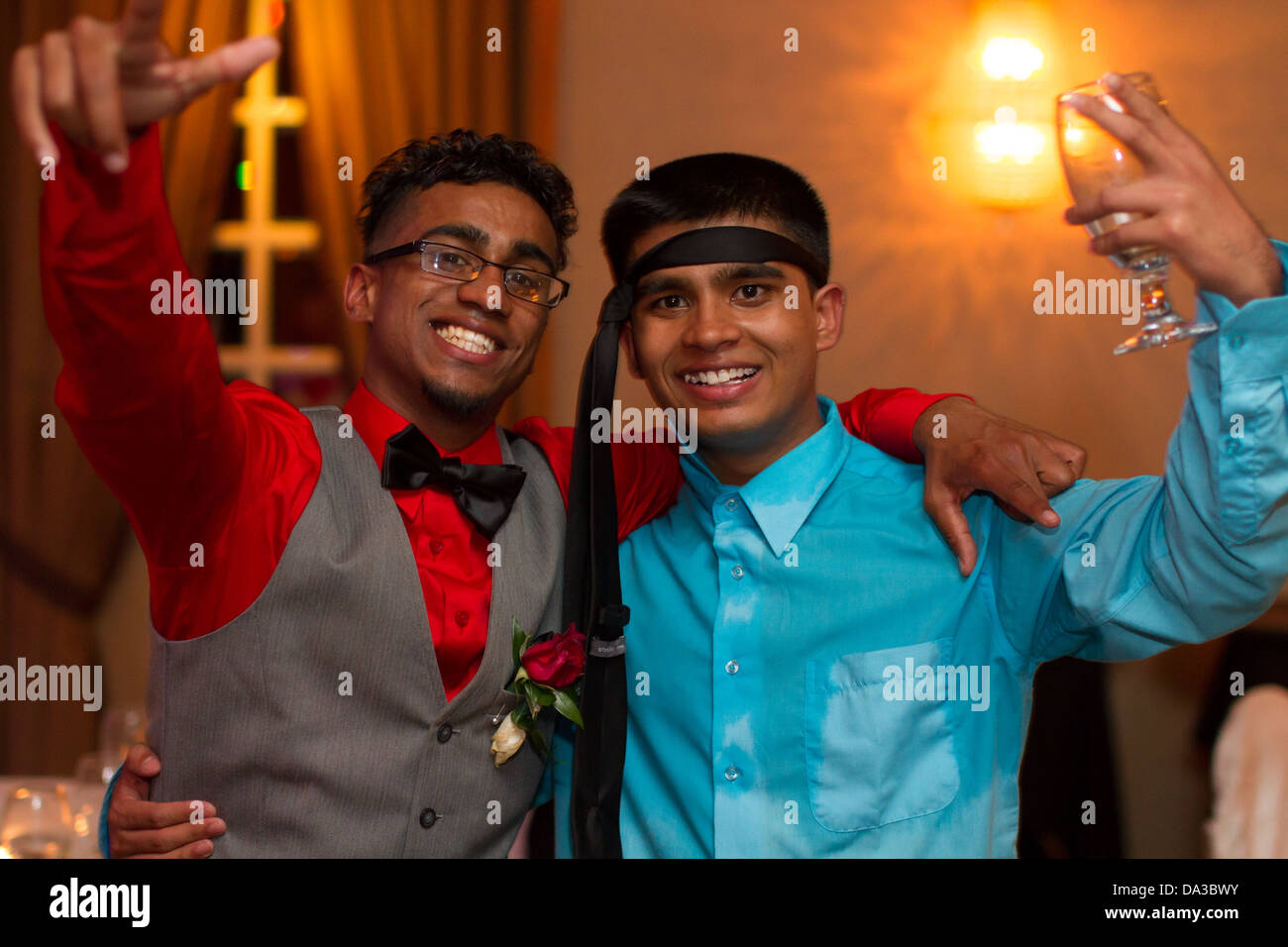 glücklich wohlhabenden braune indische Teenager party Stockbild