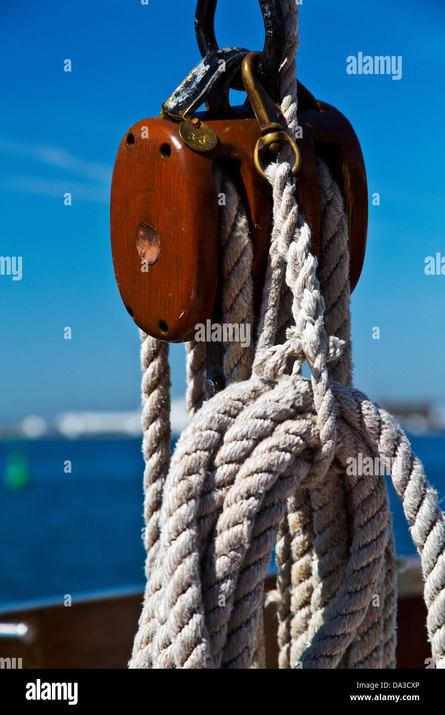 Holzklotz und Seile auf Segelschiff Stockbild
