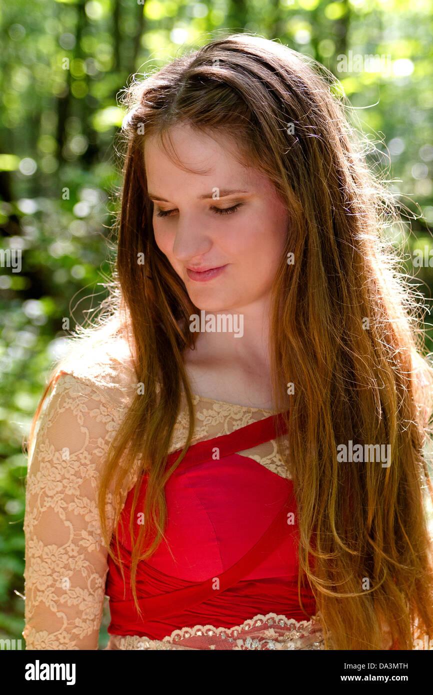 Schöne Junge Frau Mit Lange Goldbraune Haare Lächelt Boden In