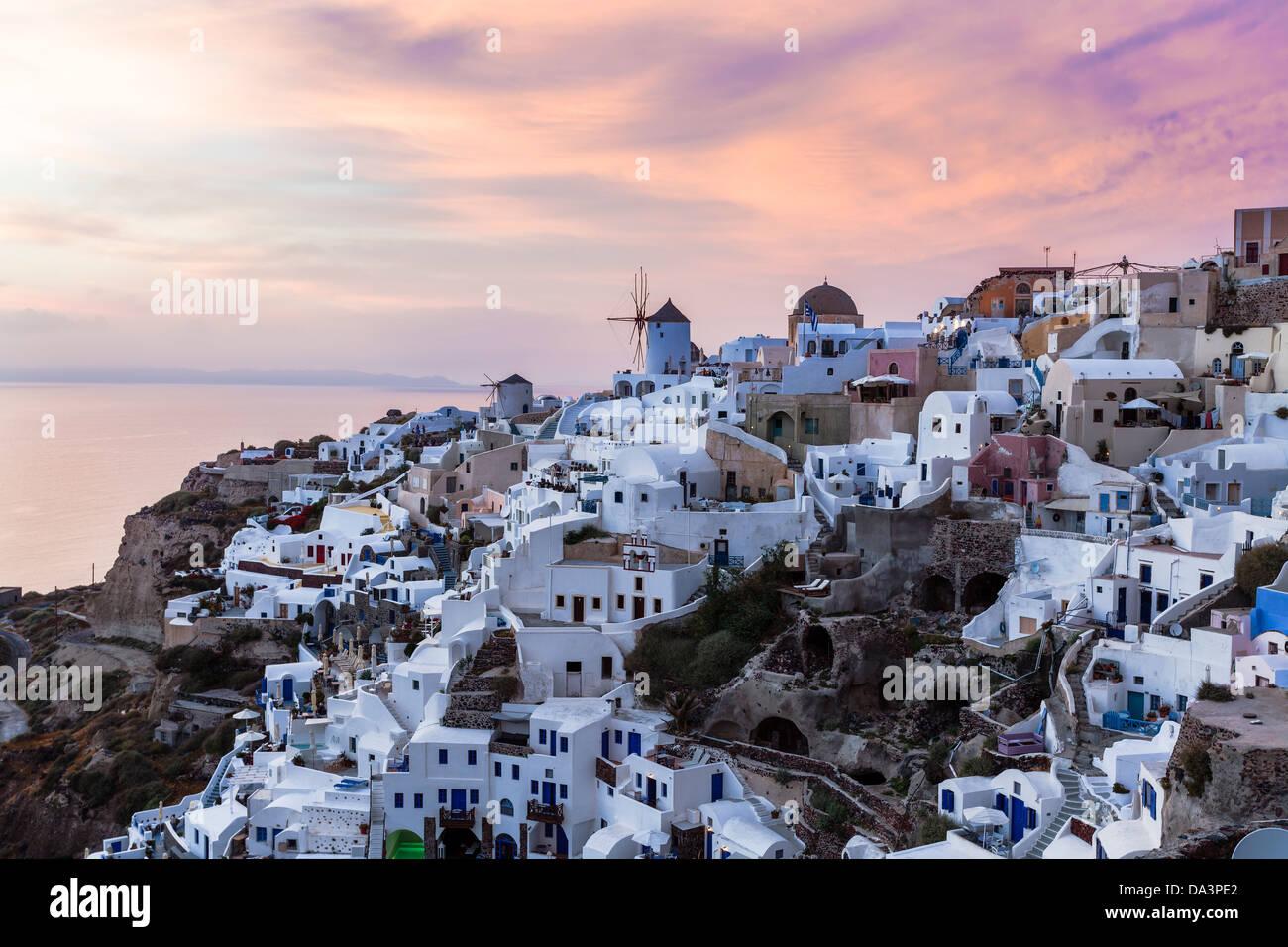 Lebendige Sonnenuntergang über Häuser und Villen in Oia Santorini Griechenland Stockbild