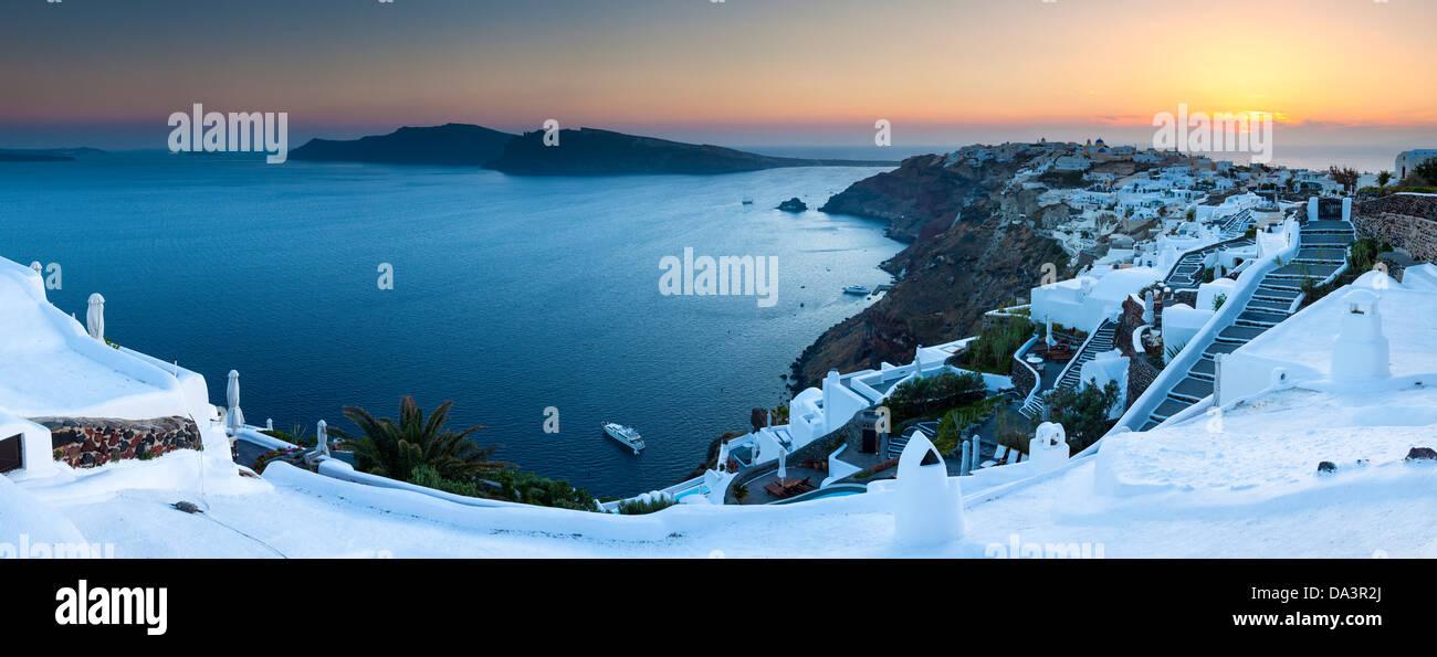 Panorama Sonnenuntergang erschossen von der Caldera in Oia Santorini Griechenland Stockbild