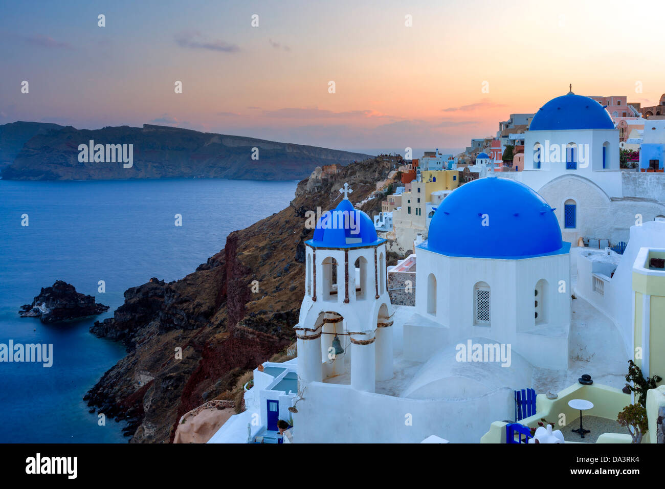 Dämmerung über blauen Kuppelkirchen in Oia Santorini Griechenland Stockbild