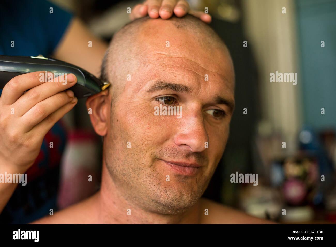 Friseur Macht Frisur Glatze Mann Stockfoto Bild 57862644 Alamy
