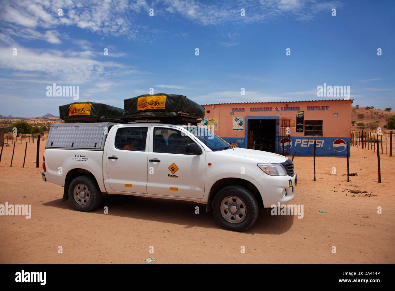 4 x 4 Camper und Ugab Lebensmittel und Alkohol Outlet, C35 Straße in der Nähe von Ugab RIver, Erongo Region, Stockbild