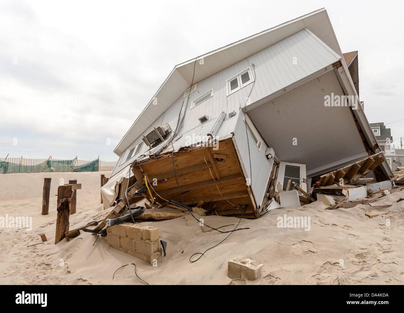 Ein Orkan hinterlässt eine Schneise der Zerstörung zerstören Häuser und Häuser. Stockbild