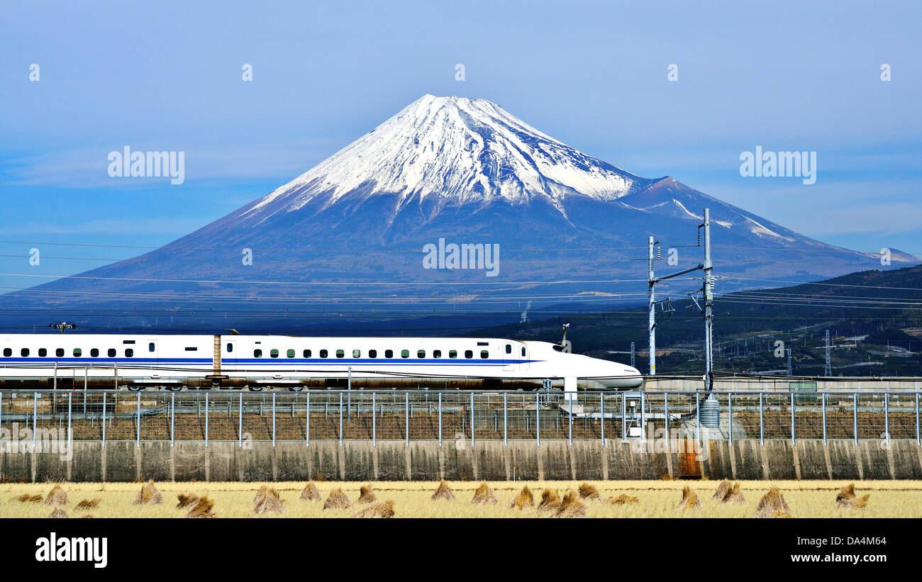 Ein Hochgeschwindigkeitszug vergeht unter Mt. Fuji in Japan. Stockbild
