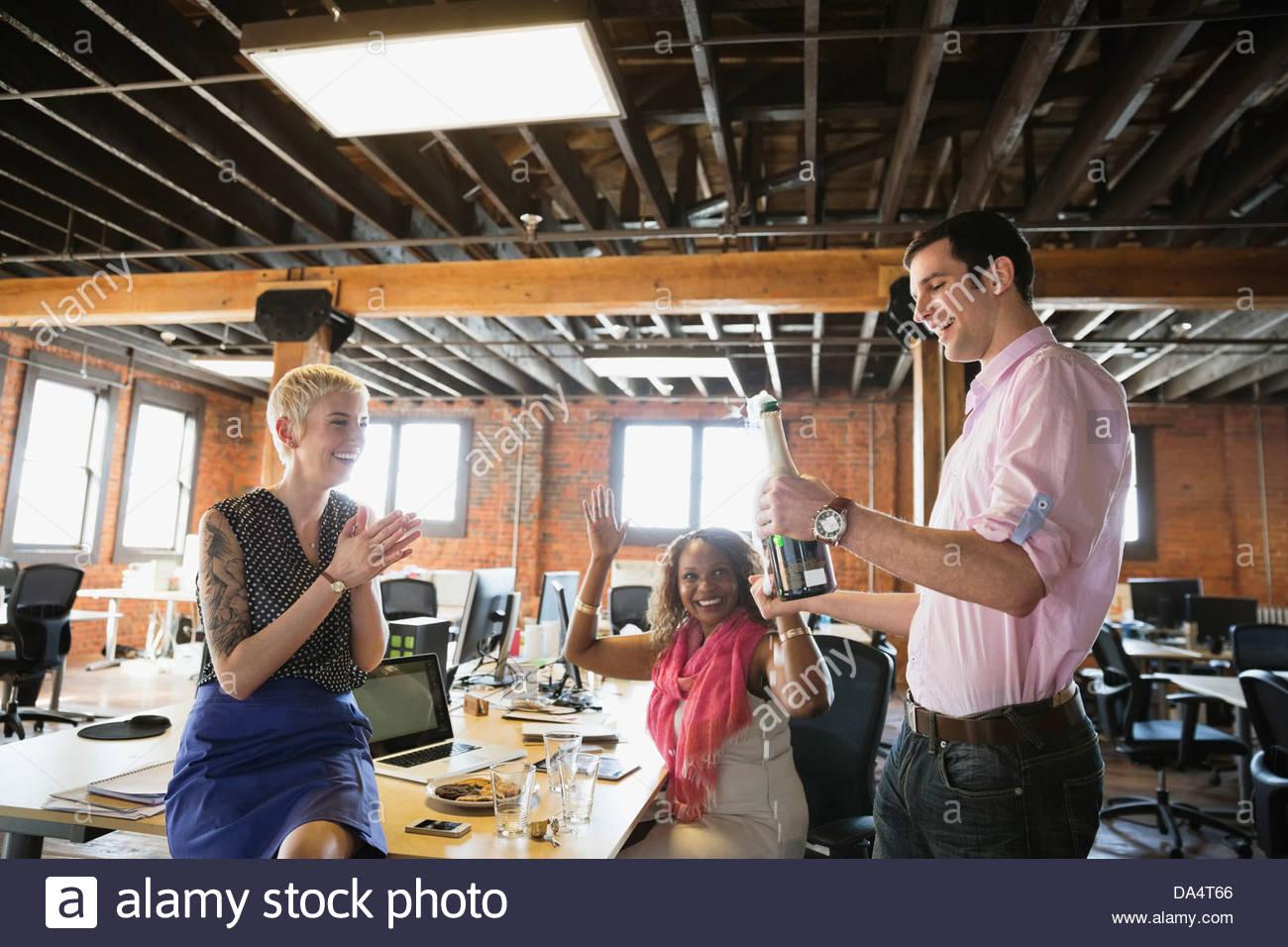 Unternehmer mit Champagner im Büro feiern Stockbild