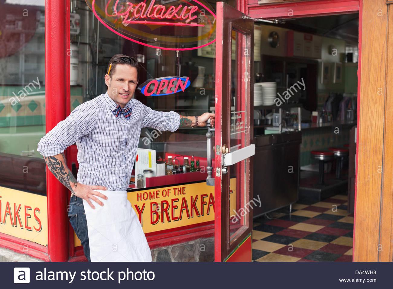 Porträt von männlichen Unternehmer Diner Türöffnung Stockbild