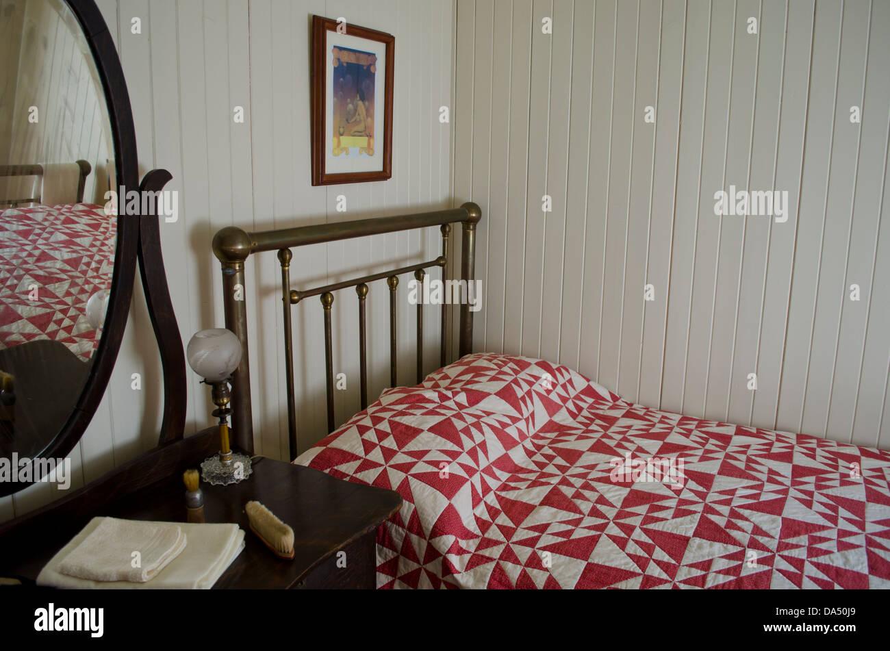 Altmodische Zimmer mit antiken Bett und Kommode. Das Bett hat einen ...