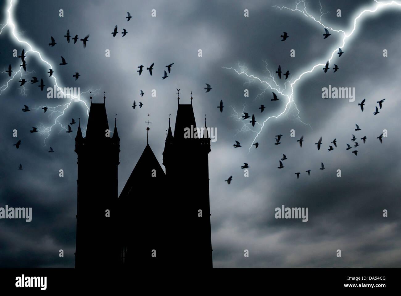 Gotische Türme und Krähen fliegen Stockbild