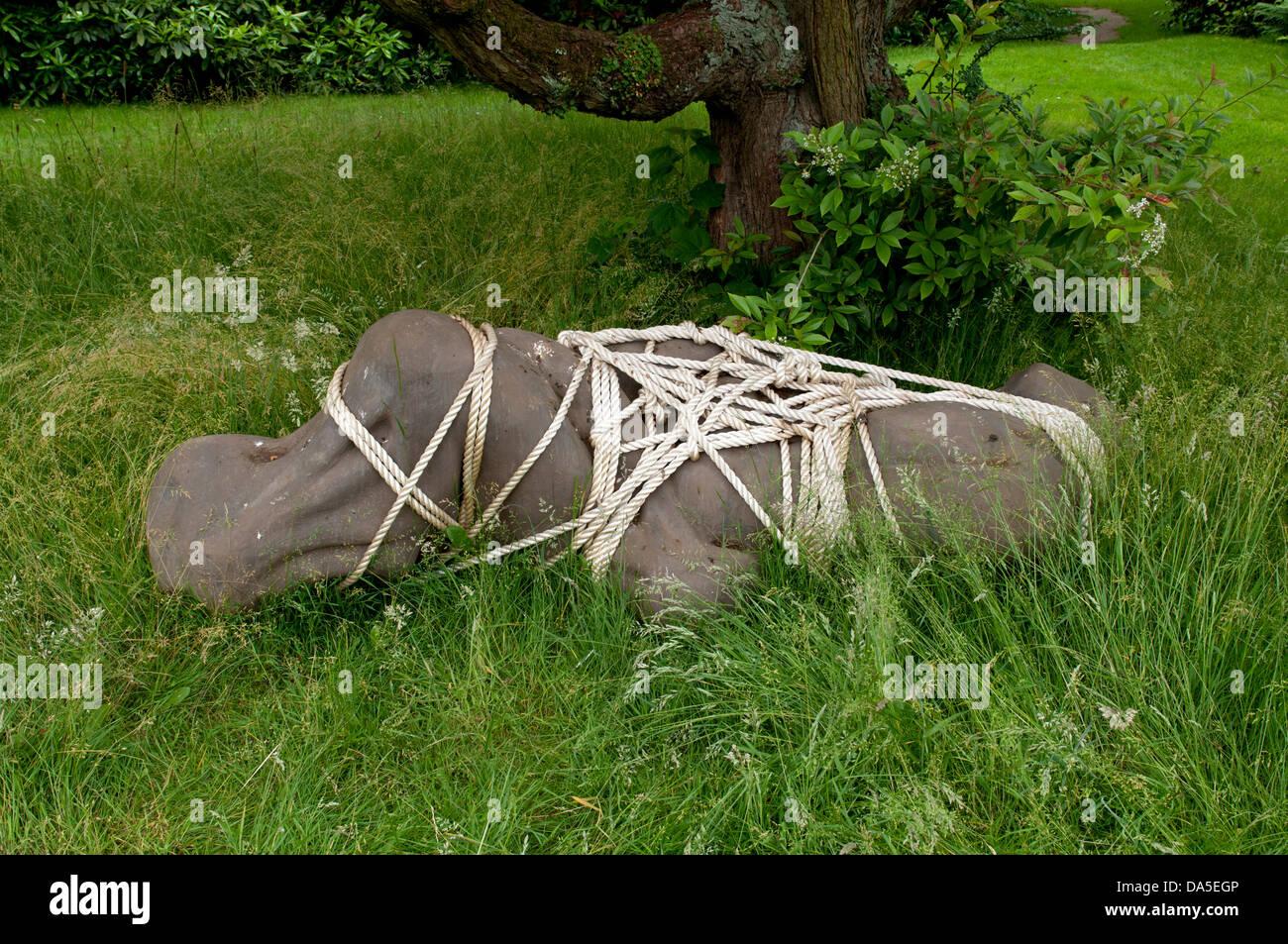 """""""Gewissen"""" von Nick Turvey (EPS, Bronze Harz und Nylonseil 2011) Stockbild"""