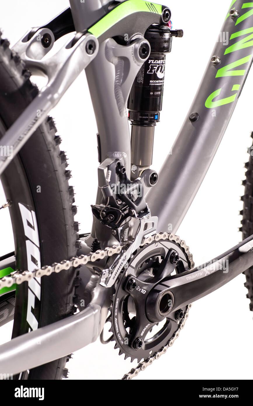 Detail eines Mountainbikes mit Schock und Kurbel. Stockbild