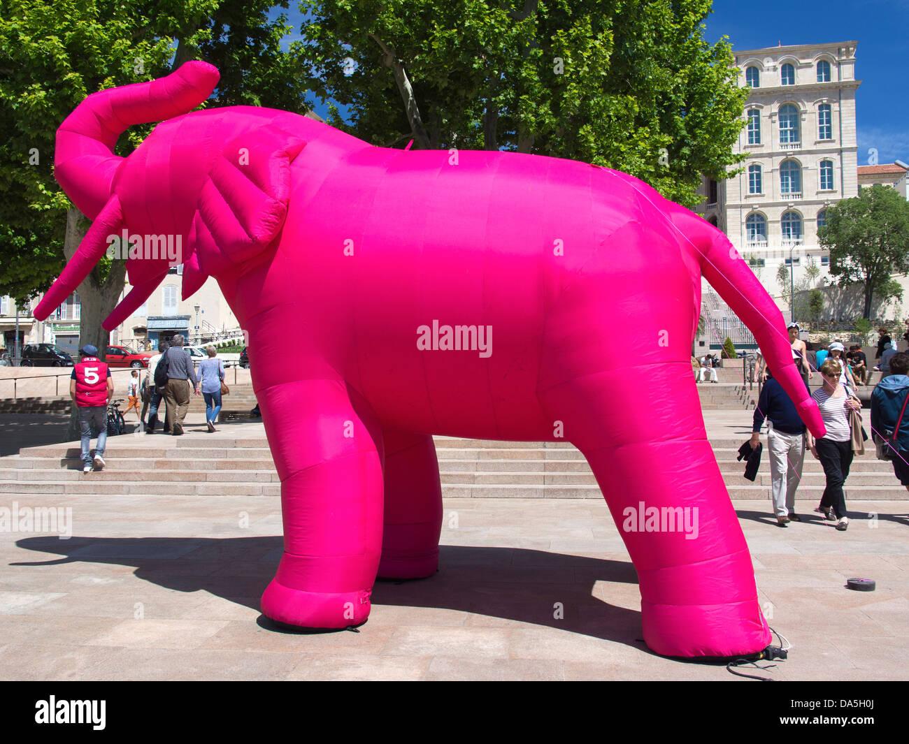 Bizarre aufblasbare rosa Elefant in einem Park nahe dem alten Hafen von Marseille, France 2 Stockbild