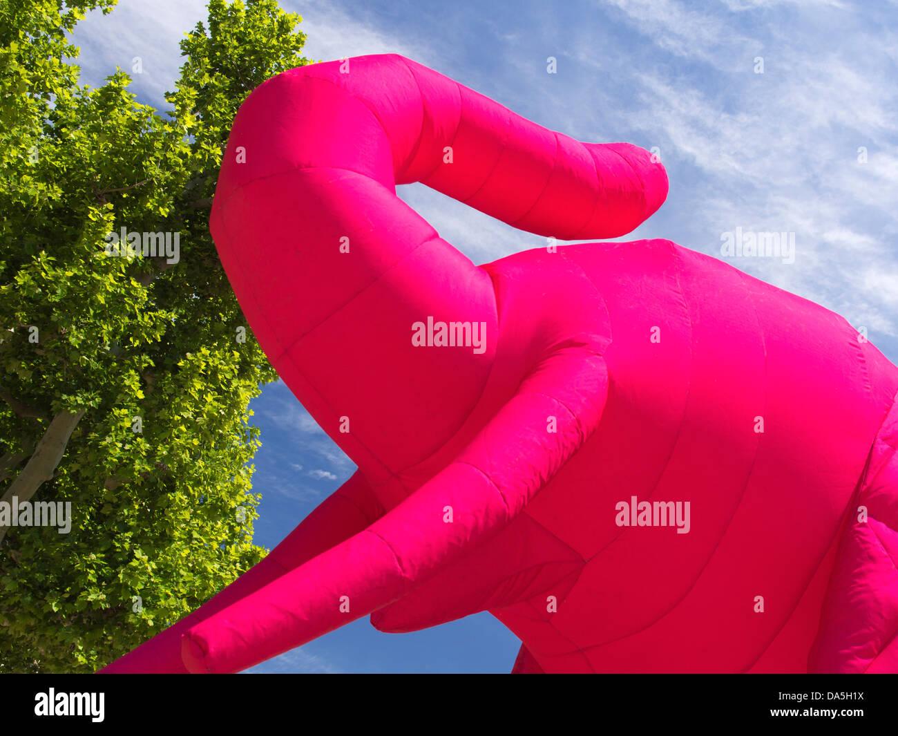 Bizarre aufblasbare rosa Elefant in einem Park nahe dem alten Hafen von Marseille, Frankreich 1 Stockbild