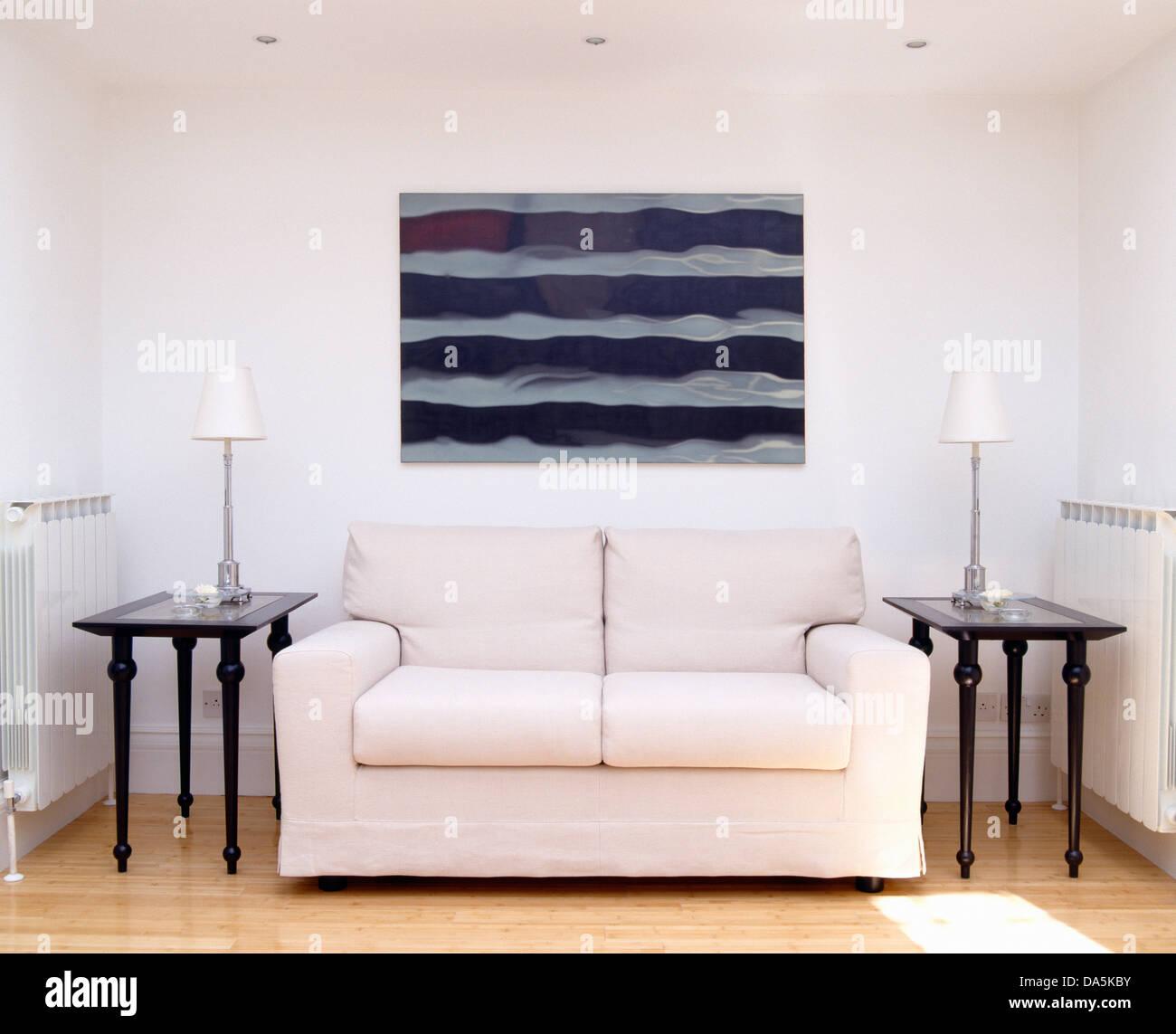 Graue Schwarze Abstrakte Malerei Ber Dem Weissen Sofa Und Zwei Tische Mit Lampen Im Modernen Wohnzimmer Glasdach