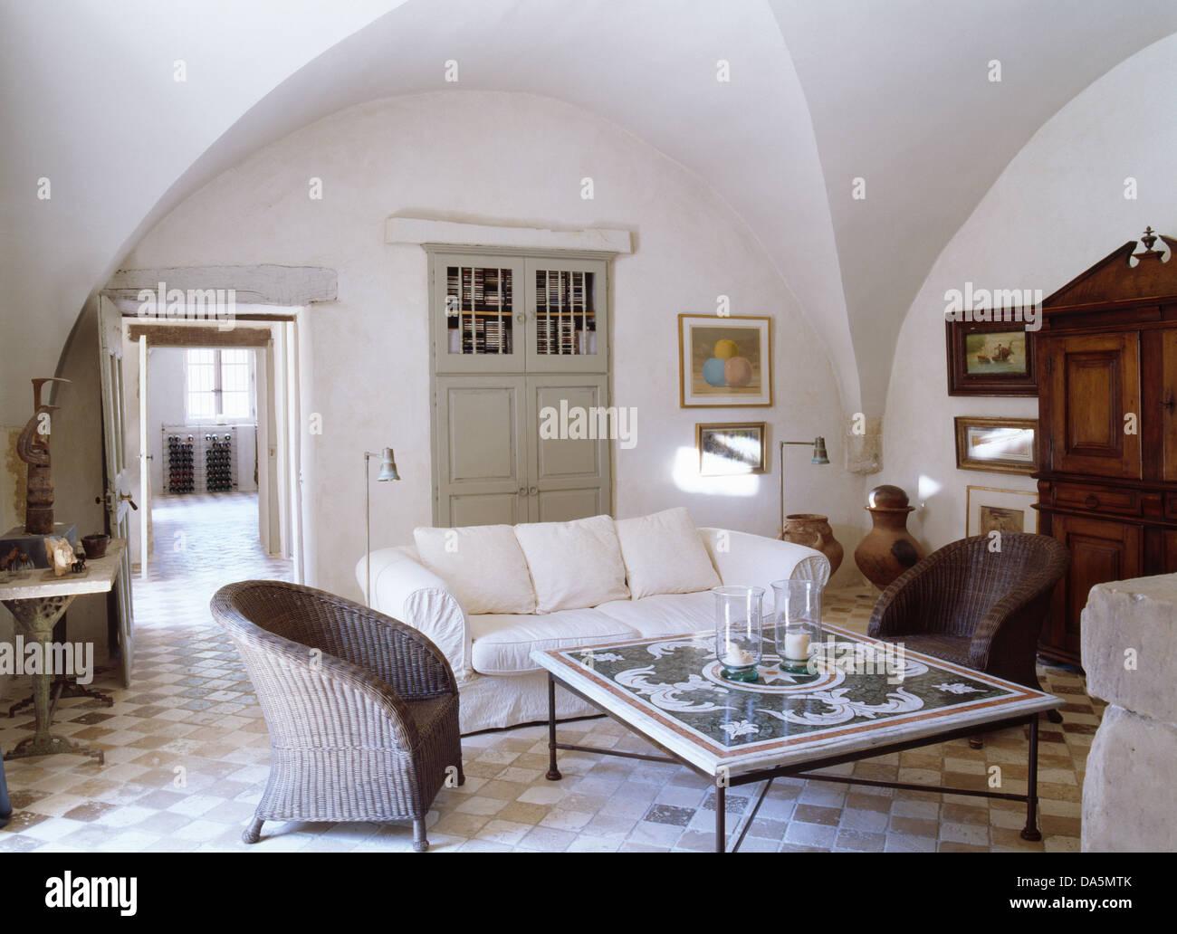 Graue Wicker Sessel Und Weißen Sofa Gefliesten Kaffeetisch In Weißen  Französischen Wohnzimmer Mit Fliesenboden Und Gewölbte Decke
