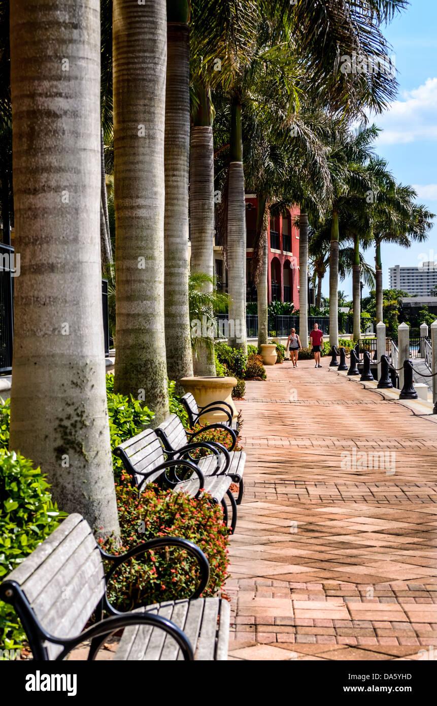 Paare, die sich Esplanade auf Marco Island Stockbild