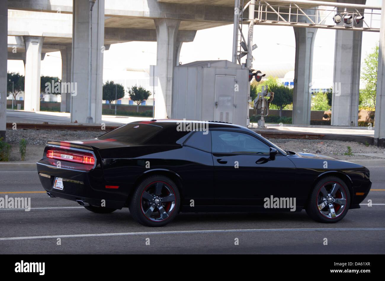 amerikanische muscle-car (dodge challenger) auf der straße in los