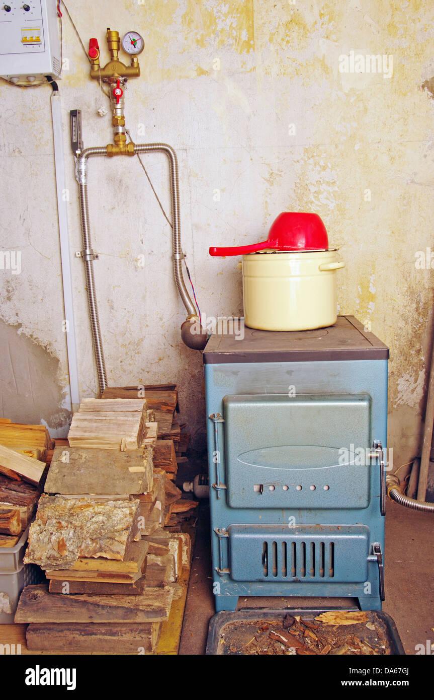Stahl Heizkessel mit einem Herd Platte Pfanne und Pfanne zu Hause ...