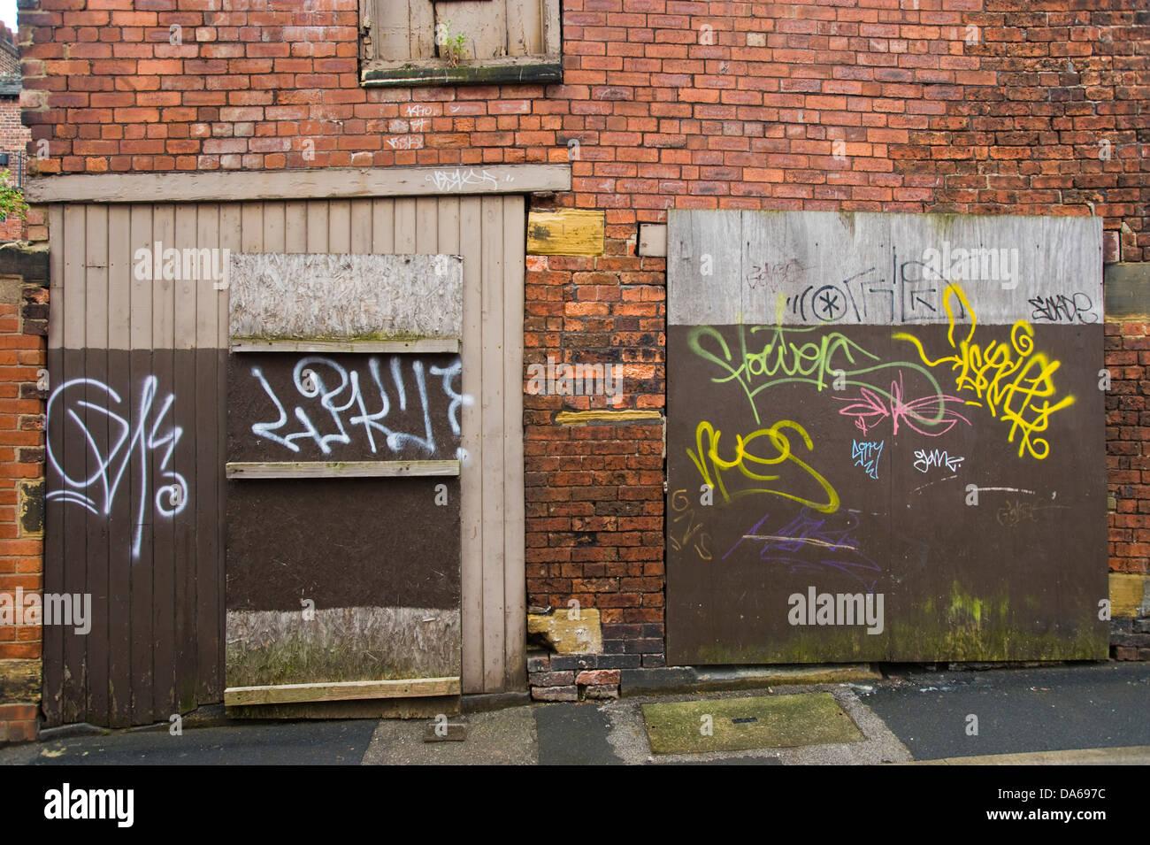 Geschändeter Graffiti Bedeckt Verfallenen Garage Auf Hintere Gasse In Leeds  West Yorkshire England UK Stockbild