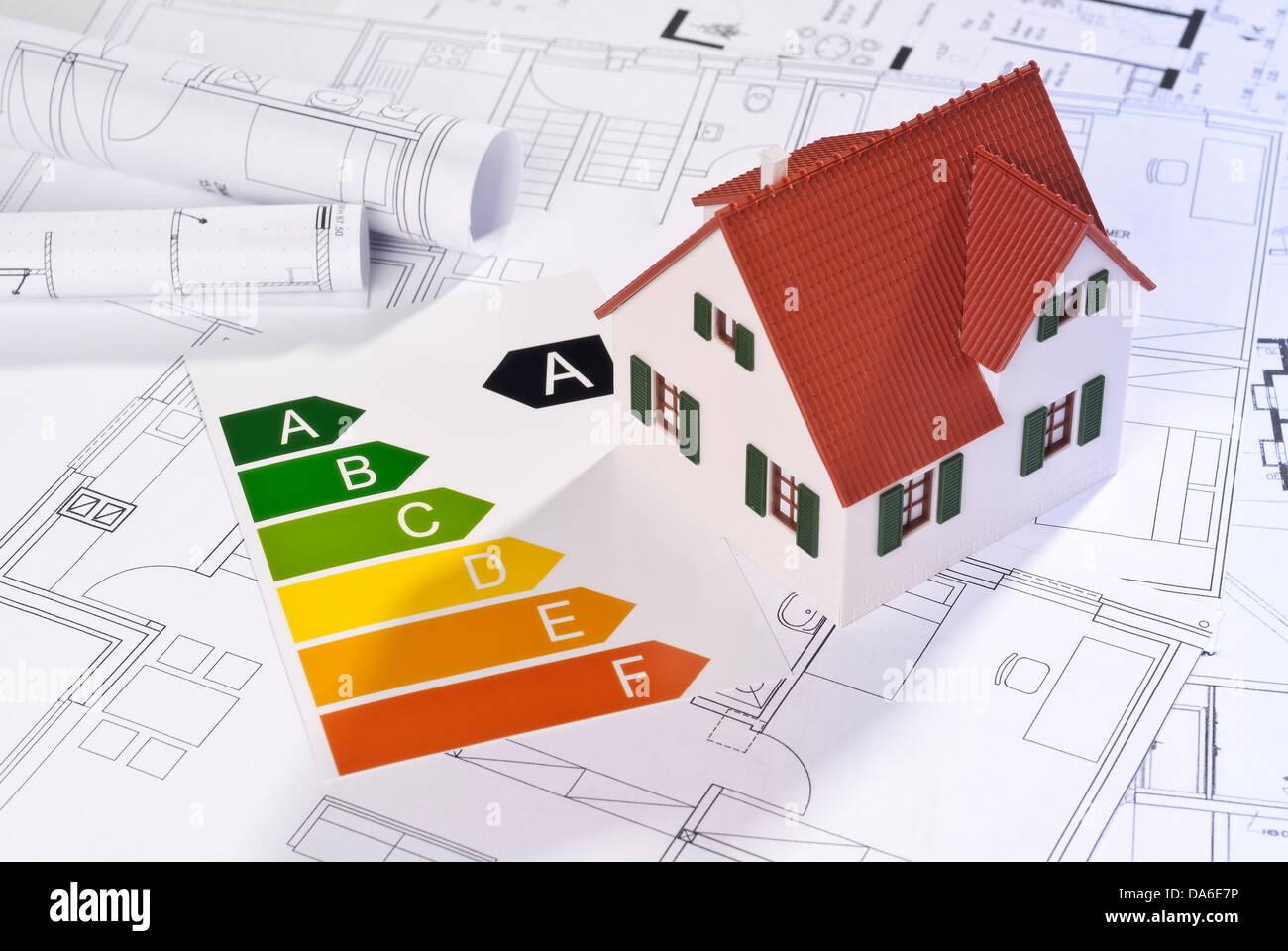 Energieeffizienz-Label mit Architekturmodell und Baupläne. Stockbild