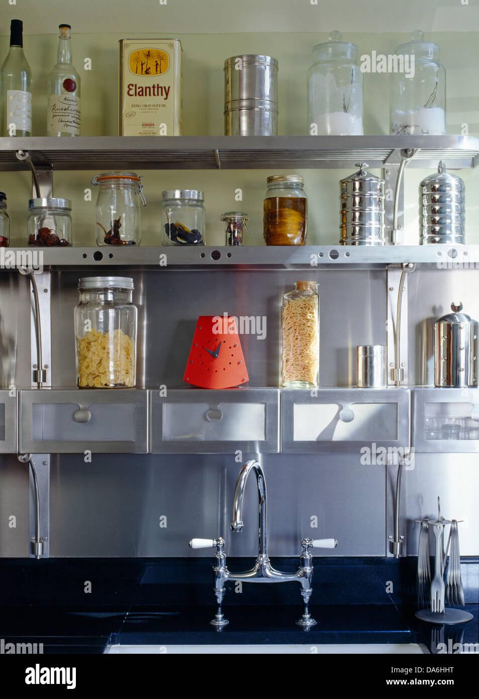 Lagerung von Gläsern und Dosen angezeigt auf Stahl Regale über Küche ...