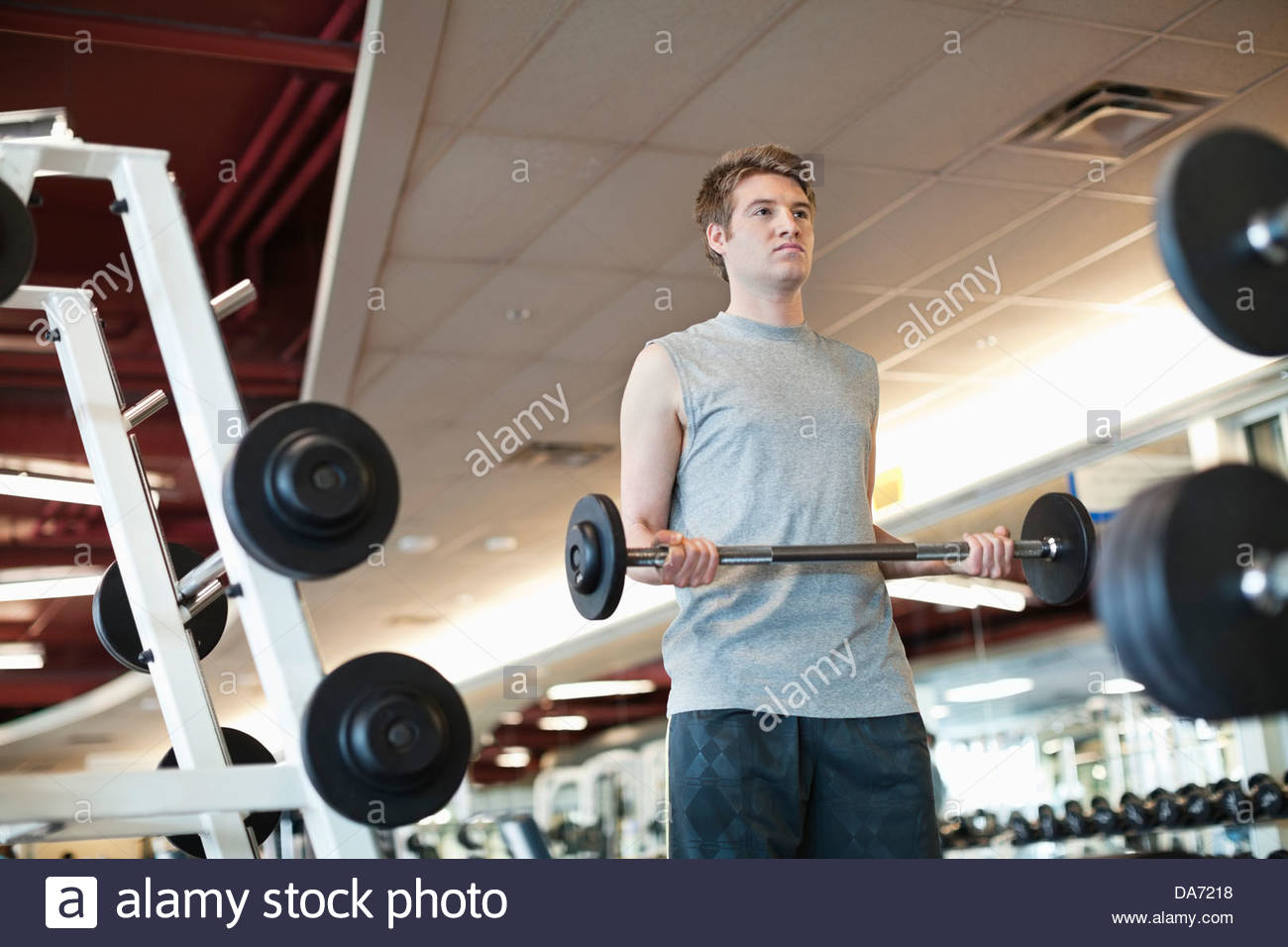 Niedrigen Winkel Ansicht des Mannes Krafttraining im Fitness-center Stockbild
