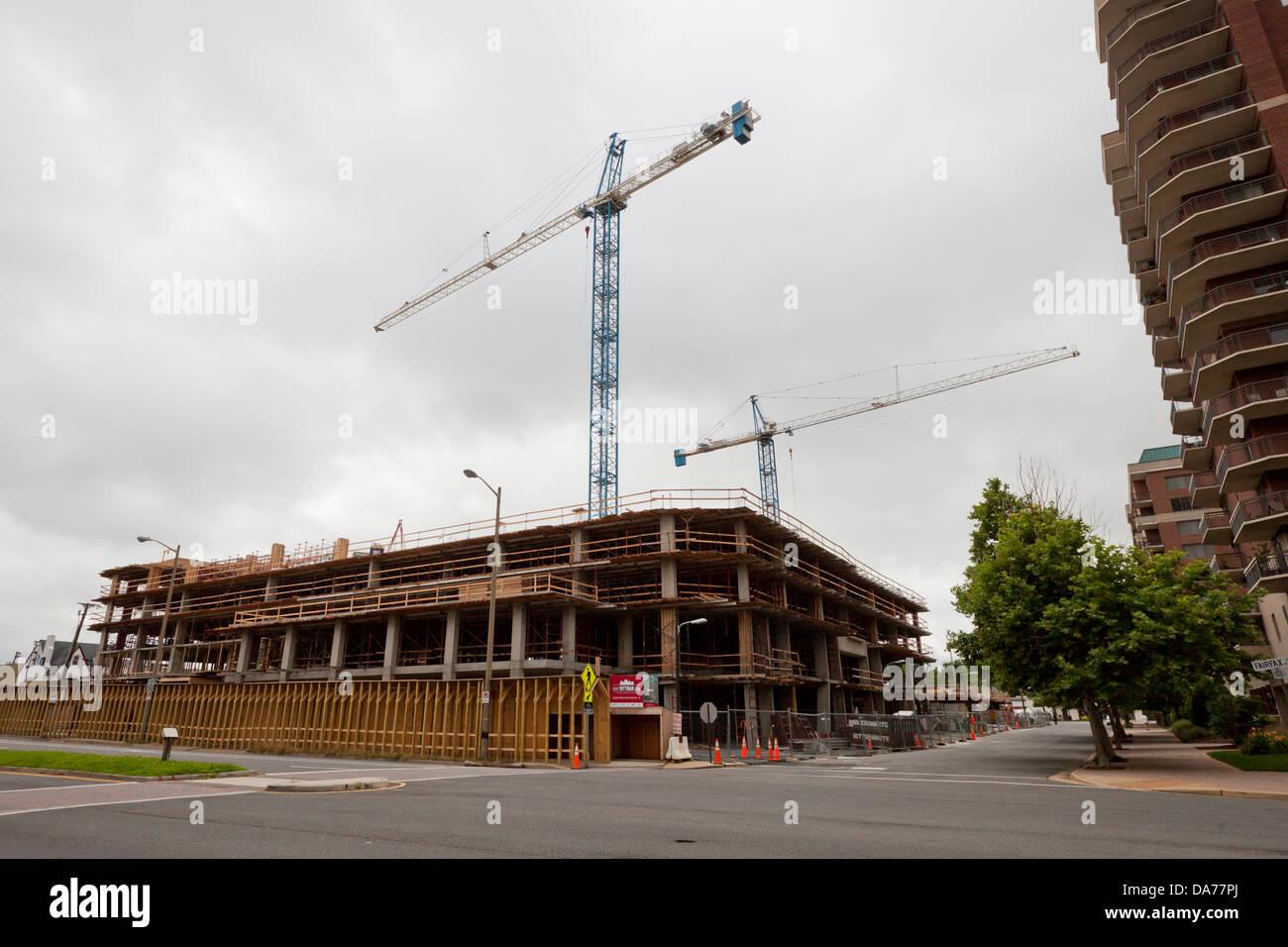 Krane über Baustelle Stockbild