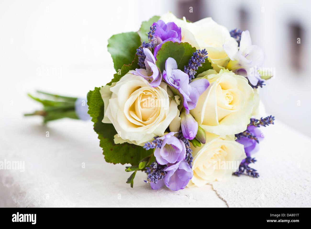 Brautstrauss Mit Gelben Rosen Und Lavendel Blumen Stockfoto Bild