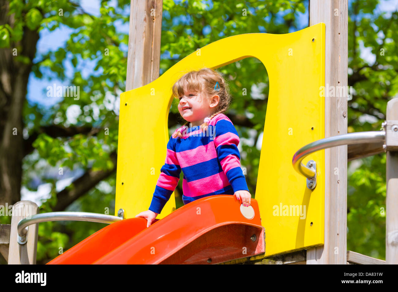 Klettergerüst Reifen : Kleines mädchen auf einem klettergerüst im sommer nach unten