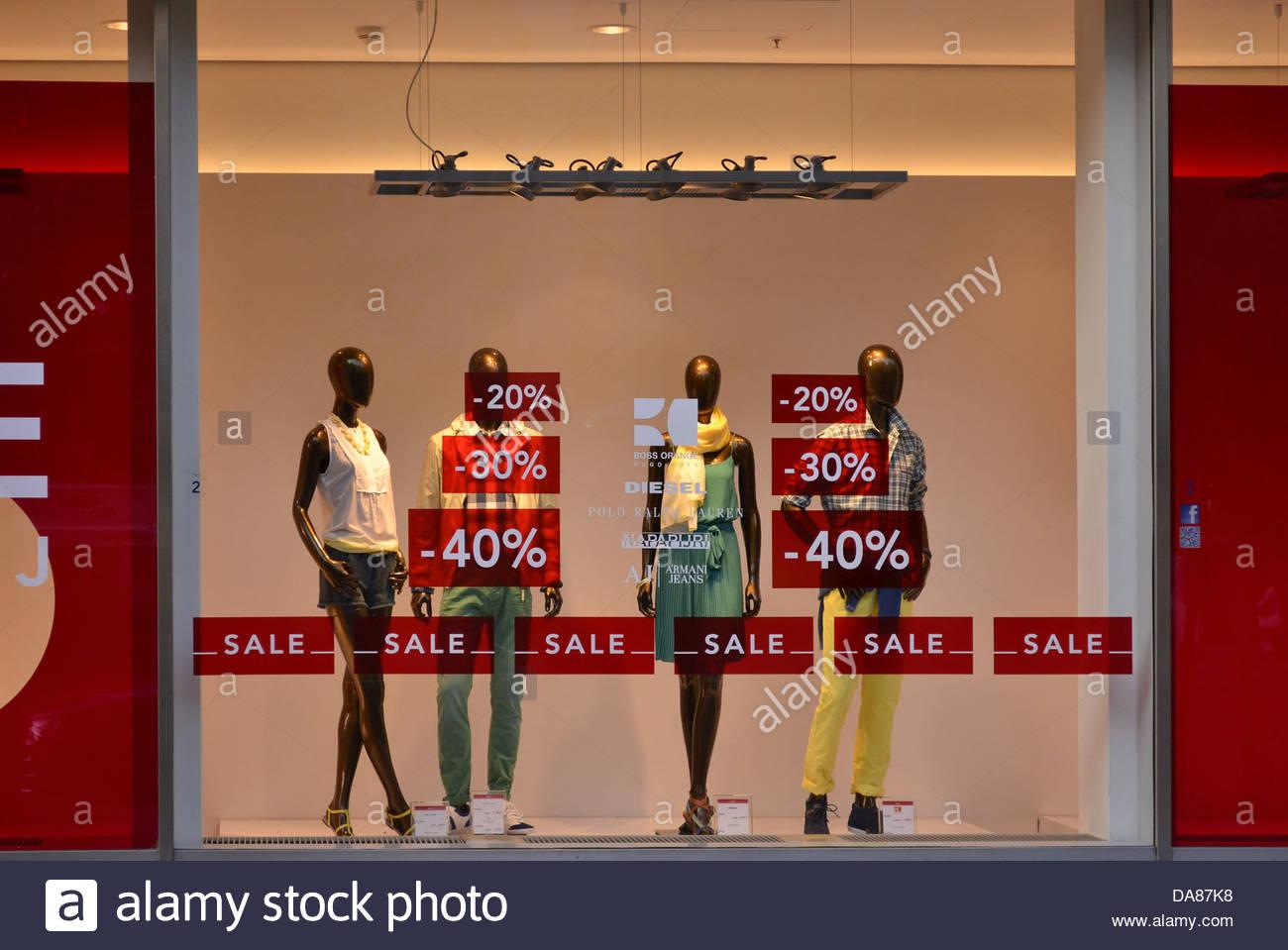 buy popular 1cbce 0a537 Verkauf Zeichen Rabatte Kleidung Schaufenster Stockfoto ...