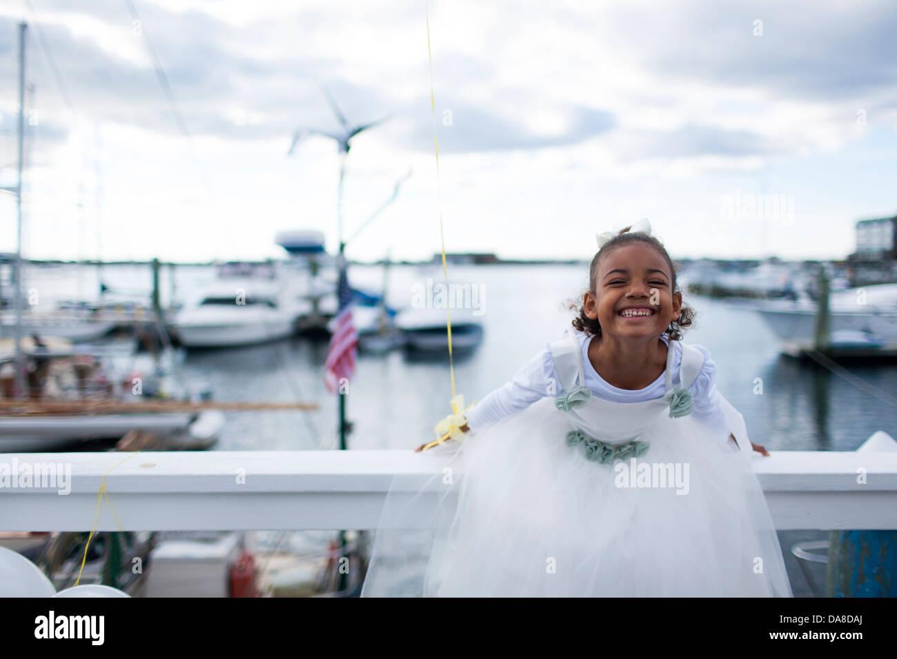 Ein Sechs Jahres Altes Farbige Mädchen Im Weißen Kleid Feiert Ihren