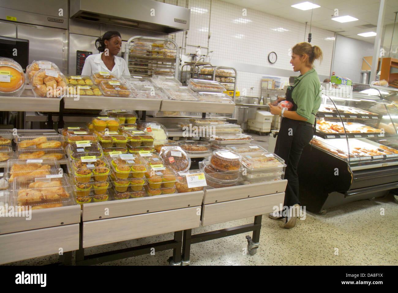 Florida Marco Island Publix Supermarkt Supermarkt Verkauf Shopping Bäckerei Backwaren Frau store Schwarz Mitarbeiter Stockbild