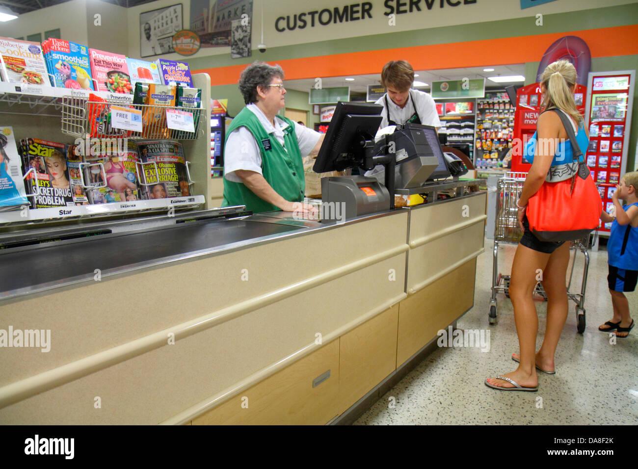 Florida Marco Island Publix Supermarkt Supermarkt Verkauf Warenkorb Kasse Linie Warteschlange Kasse senior Woman Stockbild