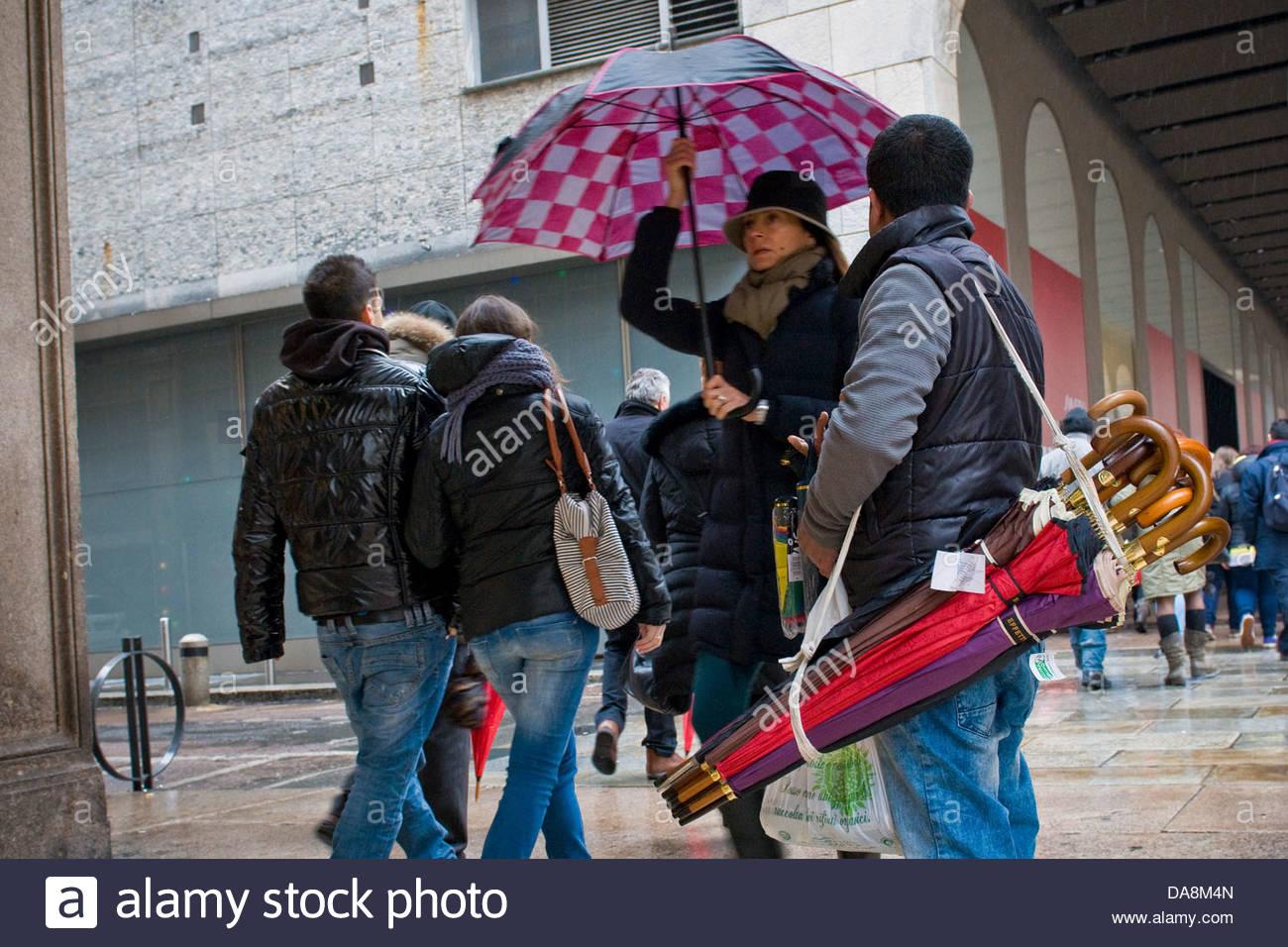 Bengalischer Einwanderer, Regenschirme, Mailand, Italien verkauft Stockbild