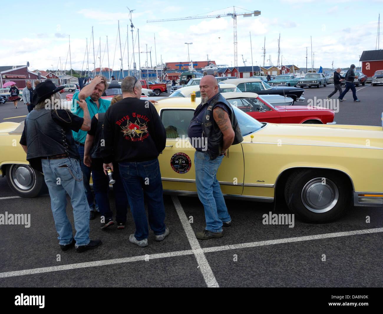 """""""Raggare"""" Rockabilly Stil Männer mittleren Alters stehen neben Lincoln Town Car ? 78 Stockbild"""