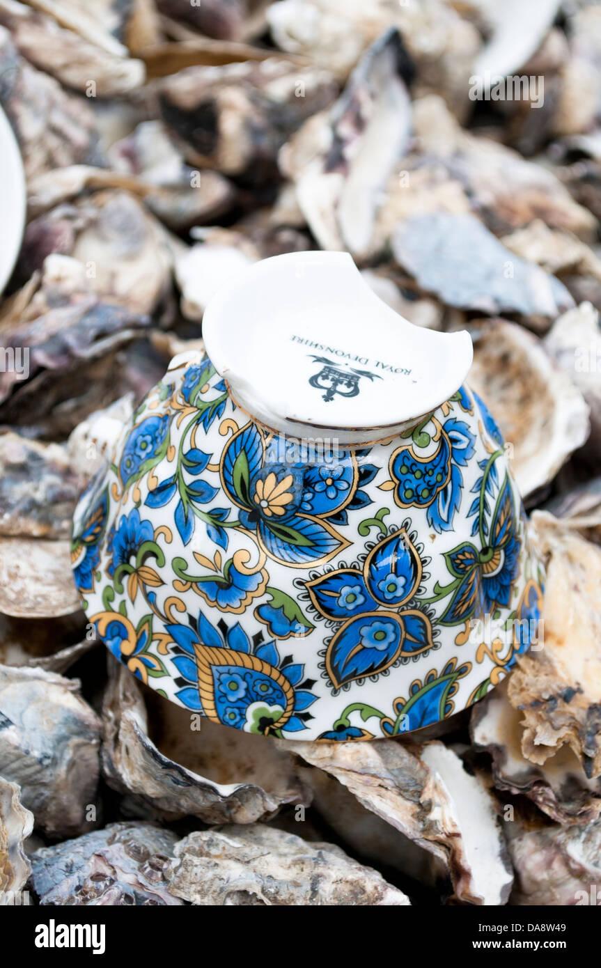 Blumen gesäumt Cup und Austern Muscheln Stockbild