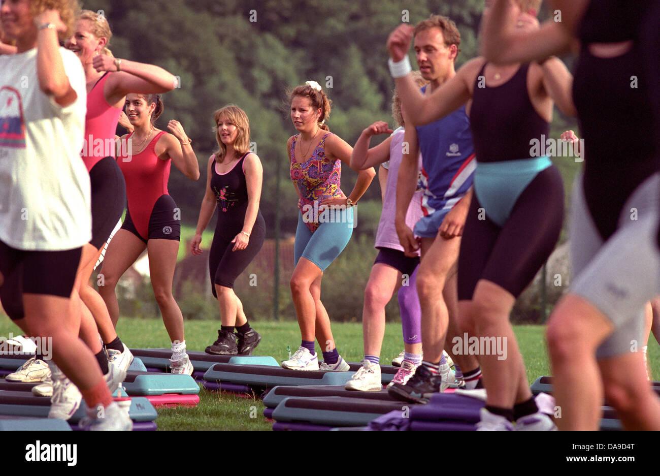 Step-Aerobic. Beliebte Fitness-Übung in den 90er Jahren. Stockbild