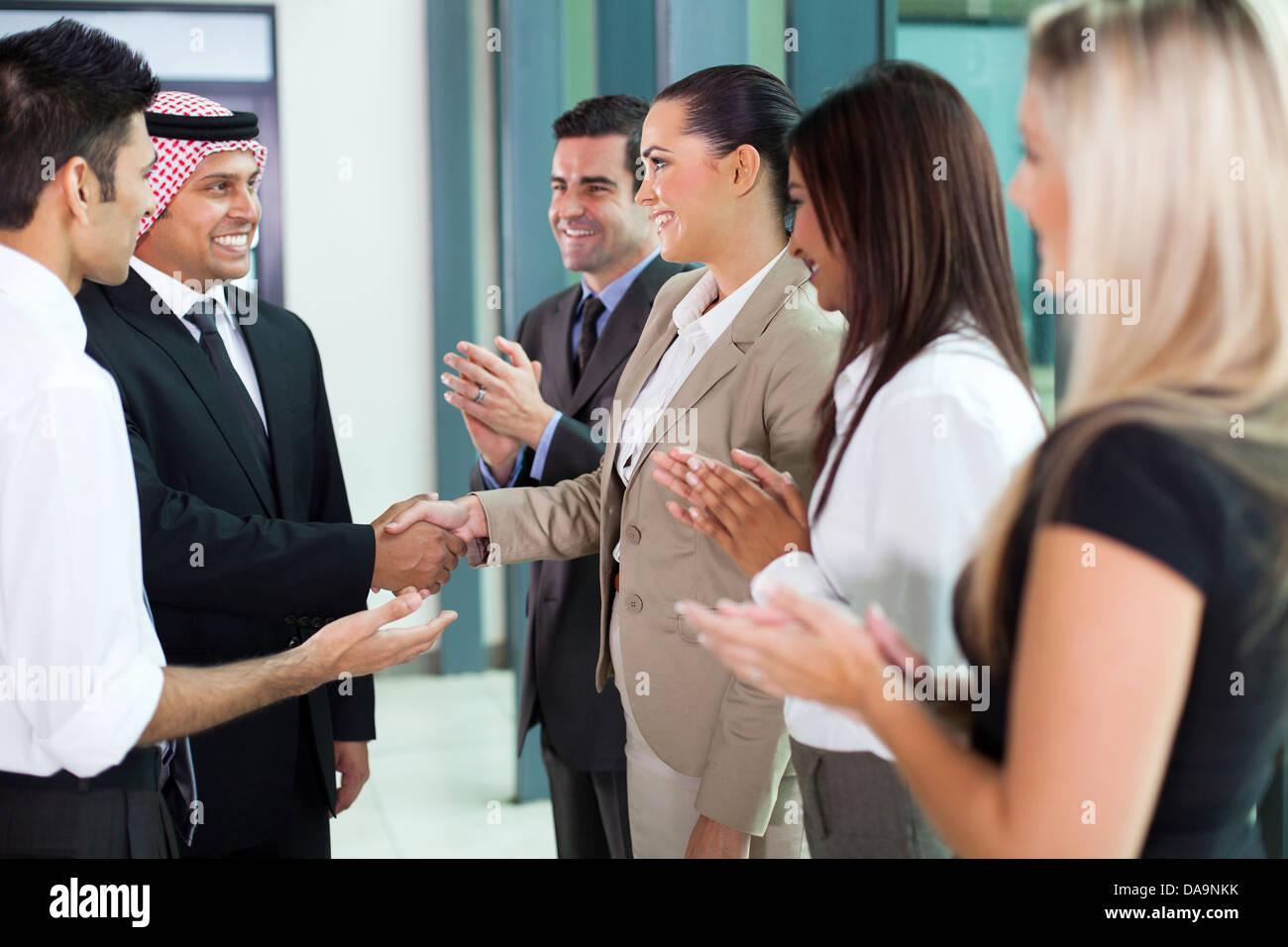 junge Übersetzer Einführung arabischen Geschäftsmann Gruppe von Geschäftsleuten Stockbild