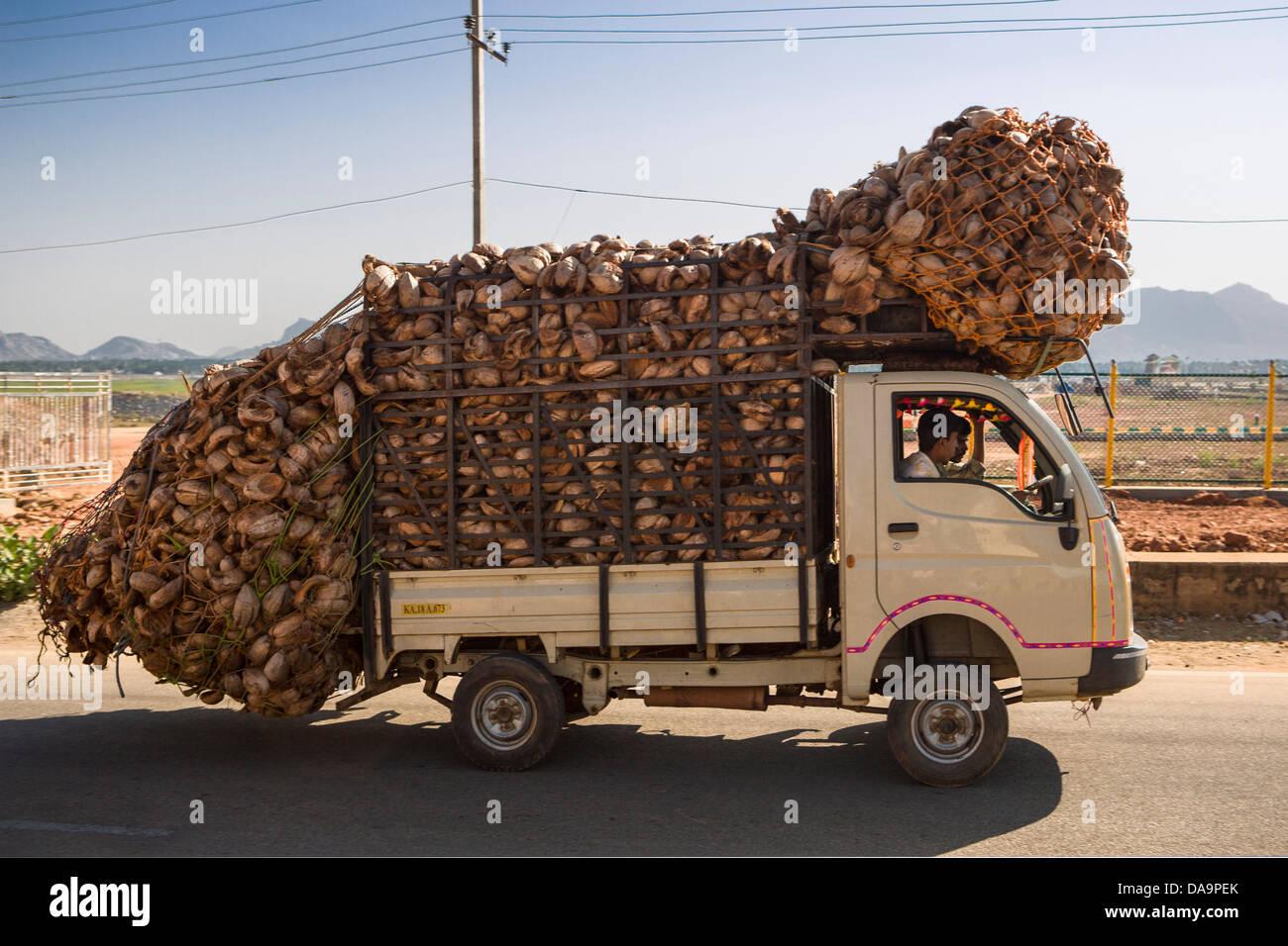 Indien, Karnataka, Südindien, Asien Verkehr, Autobahn, Kokosnuss, Auto, gefährlich, laden, Überlastung, Stockbild