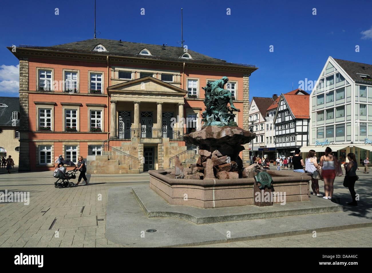 Rathaus Und Donopbrunnen von Rudolph Hoelbe am Marktplatz von Detmold, Teutoburger Wald, Nordrhein-Westfalen Stockbild