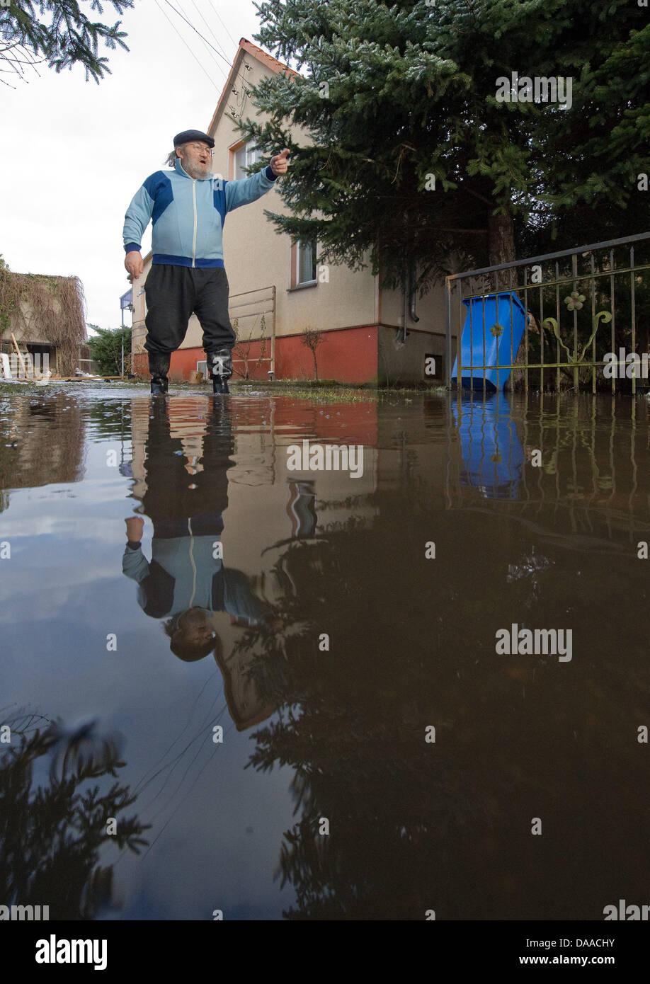 Hauseigentümer Horst Eisenblaetter steht Oin die Flut vor seinem überfluteten Haus während der Flut Stockbild