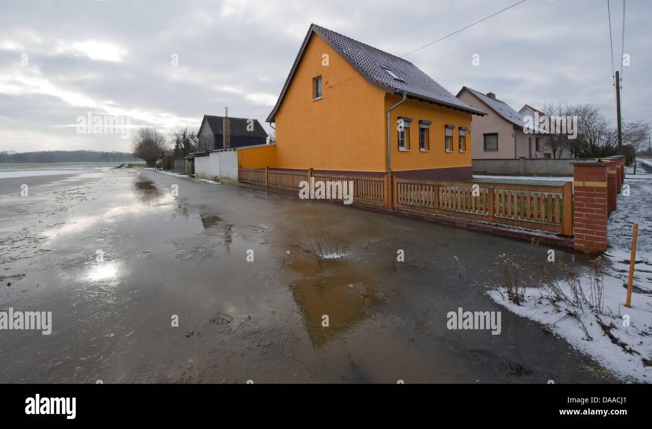 Der Wasserstand der Flut liegt bei 30 cm in der Region Oderbruch in Kuestritz-Kietz, Deutschland, 24. Januar 2011. Stockbild