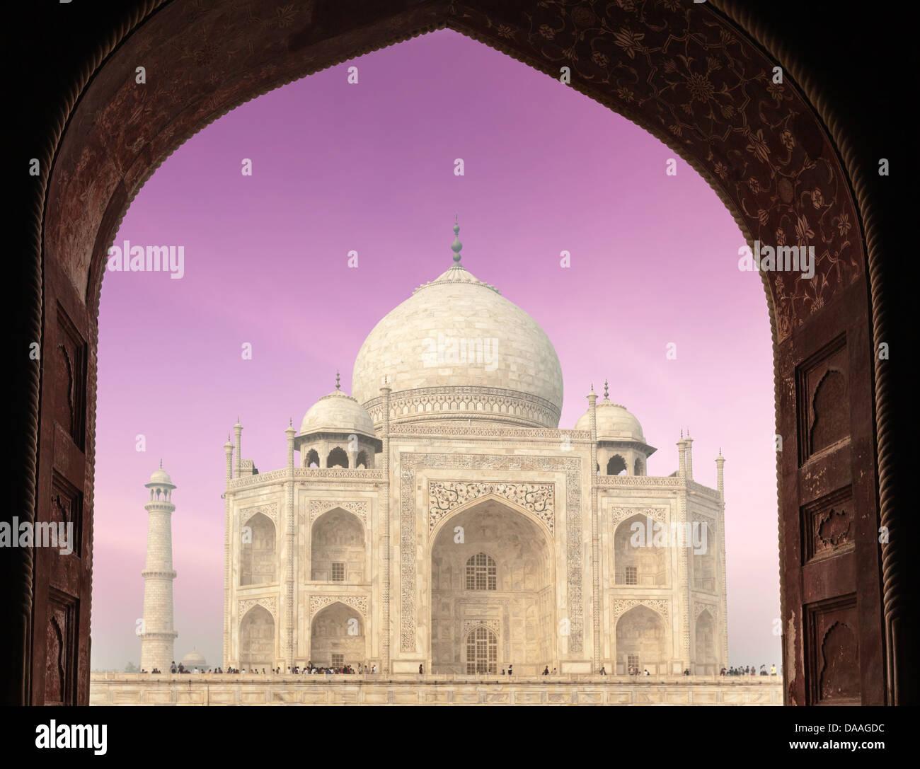 Taj Mahal durch Bogen, indischen Symbol - Indien Reisen Hintergrund. Agra, Uttar Pradesh, Indien Stockbild