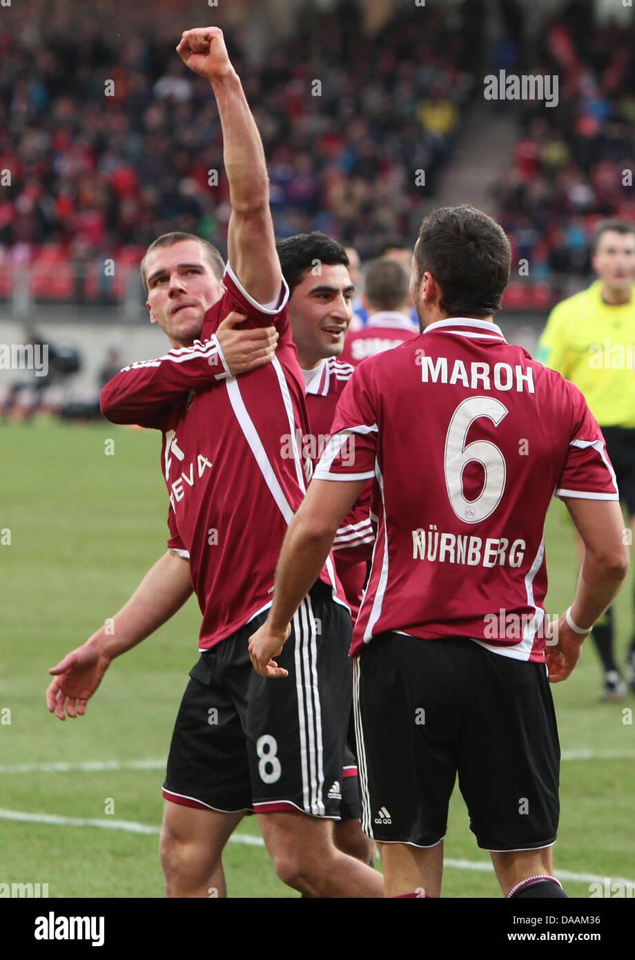 Nürnbergs Christian Eigler (L) feiert gemeinsam mit seinen Teamkollegen Mehmet Ekici (C) und Dominic Maroh Stockbild