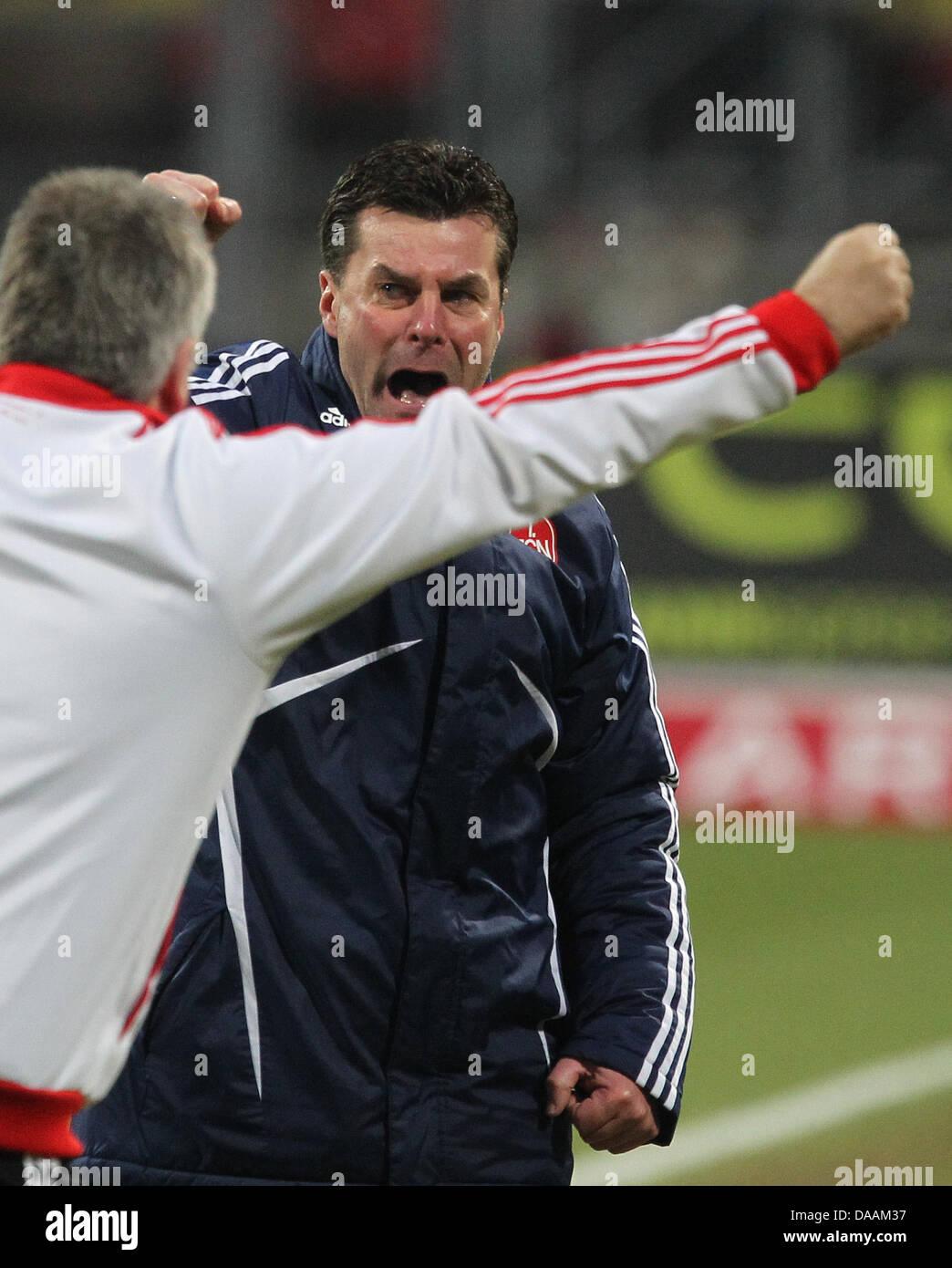 Nürnbergs Head, die Coach Dieter Hecking (R) feiert, nachdem seine Mannschaft die Bundesliga-Fußball gewann Stockbild