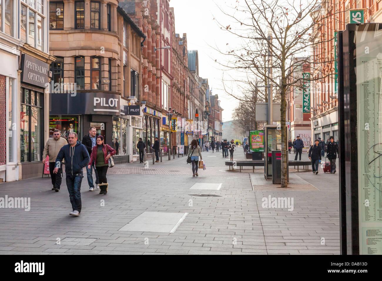 Die Leute auf der Fußgängerzone High Street im Stadtzentrum von Leicester, England, Großbritannien Stockbild