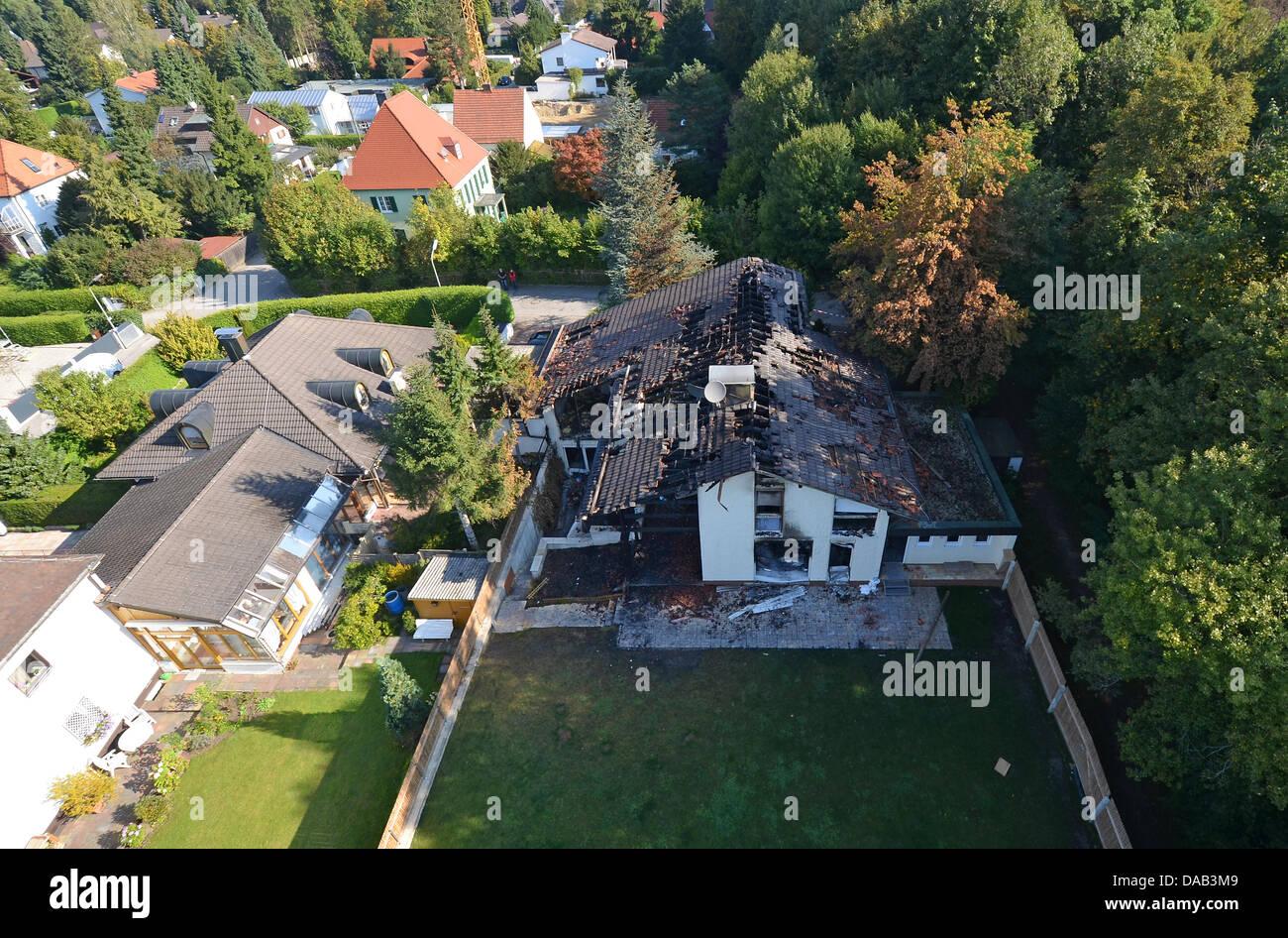 mehrere fragmente liegen auf der terrasse vor dem ausgebrannten haus fu ballspielers breno in. Black Bedroom Furniture Sets. Home Design Ideas